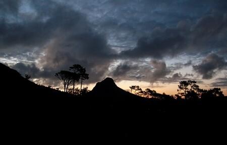 Landscape silhouettes - Lionshead/Leeukop Berg omringt door bomen in het Table Mountain National Park steekt af als een silhouette tegen de lucht van een net ondergegane zon - foto door robjansen1992 op 28-07-2013 - deze foto bevat: wolken, boom, zonsondergang, landschap, silhouette, kaapstad, zuid, leeuw, berg, afrika, kaap, contrast, west, lionshead, leeukop