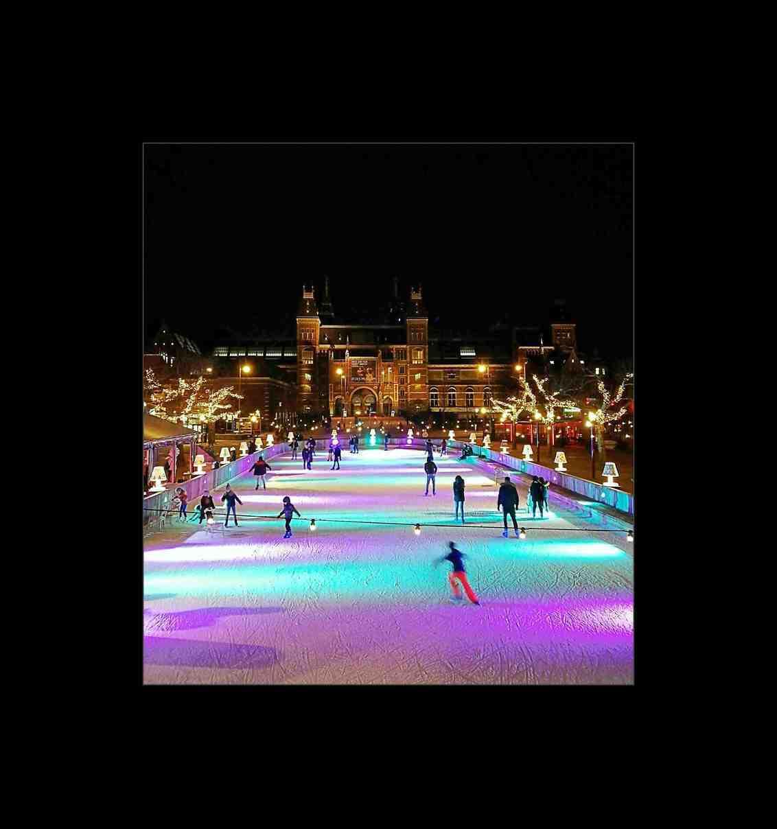 Voorbij is de winter.. - Amsterdam _ Museumplein.  Vanaf het bruggetje een mooi uitzicht op het Rijksmuseum en de schaatsliefhebbers.    Allen veel dank voor de mooie wa - foto door 1103 op 17-02-2020 - deze foto bevat: mensen, water, stad, ijsbaan, straatfotografie, reisfotografie