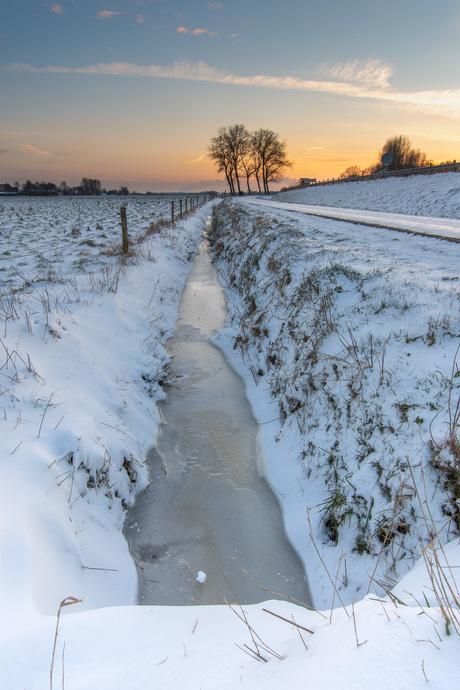 Sneeuw met zonsondergang
