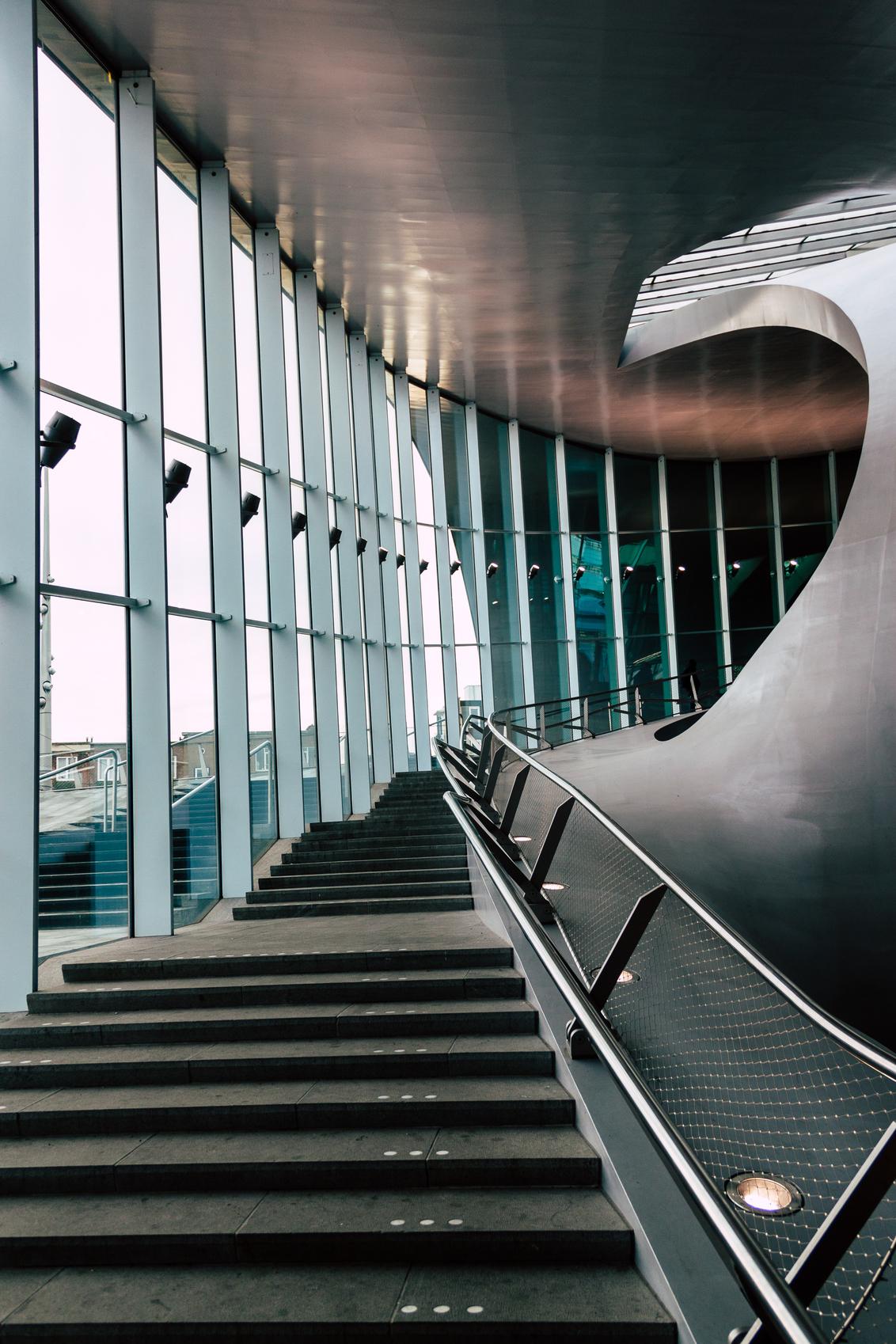 There is no elevator to success you have to take the stairs - Trap in de stationshal van Arnhem - foto door hookiipa op 31-01-2020 - deze foto bevat: station, glas, ramen, abstract, lamp, architectuur, reflectie, stad, raam, perspectief, dak, boog, horizontaal, draai, verlichting, lampen, leuning, verticaal