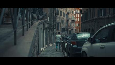 Tutti Bene - [view full screen] - foto door CHRIZ op 27-08-2018 - deze foto bevat: man, straat, licht, stad, film, straatfotografie, centrum, 35mm, cinematic, cinematic street