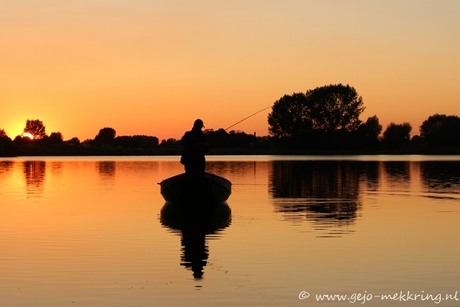 visser tijdens zonsondergang