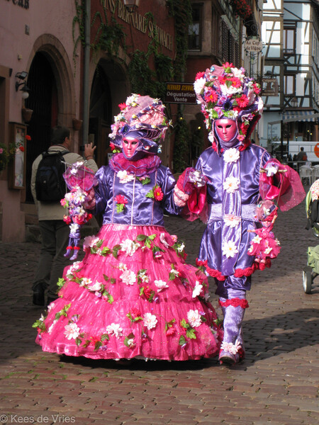 Elzas 2012 - Venetiaanse Parade in Riquewihr in de Elzas - foto door KdV59 op 05-05-2021 - locatie: 68340 Riquewihr, Frankrijk - deze foto bevat: venster, purper, roze, vermaak, heeft, pret, uitvoerende kunst, evenement, vakantie, magenta