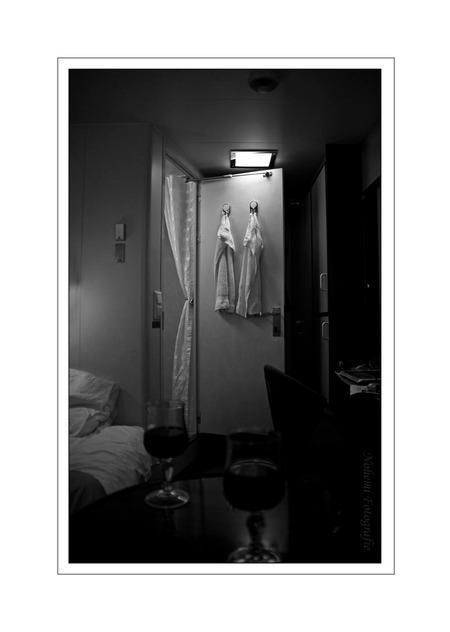 Intiem - Kamer van een boot. Klein maar zeer gezellig 's avonds.  Ik weet dat dit soort fotos niet op zoom gewaardeerd worden maar ik wilde het toch laten z - foto door n.marin op 19-01-2009 - deze foto bevat: wit, zwart, gezellig, nohemi