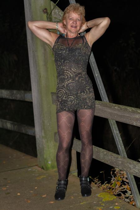 Dat is kort !! - 12 uur s'nachts - foto door fotofrans59 op 04-04-2021 - deze foto bevat: vrouw, portret, fashion, beauty, jurk, kleding