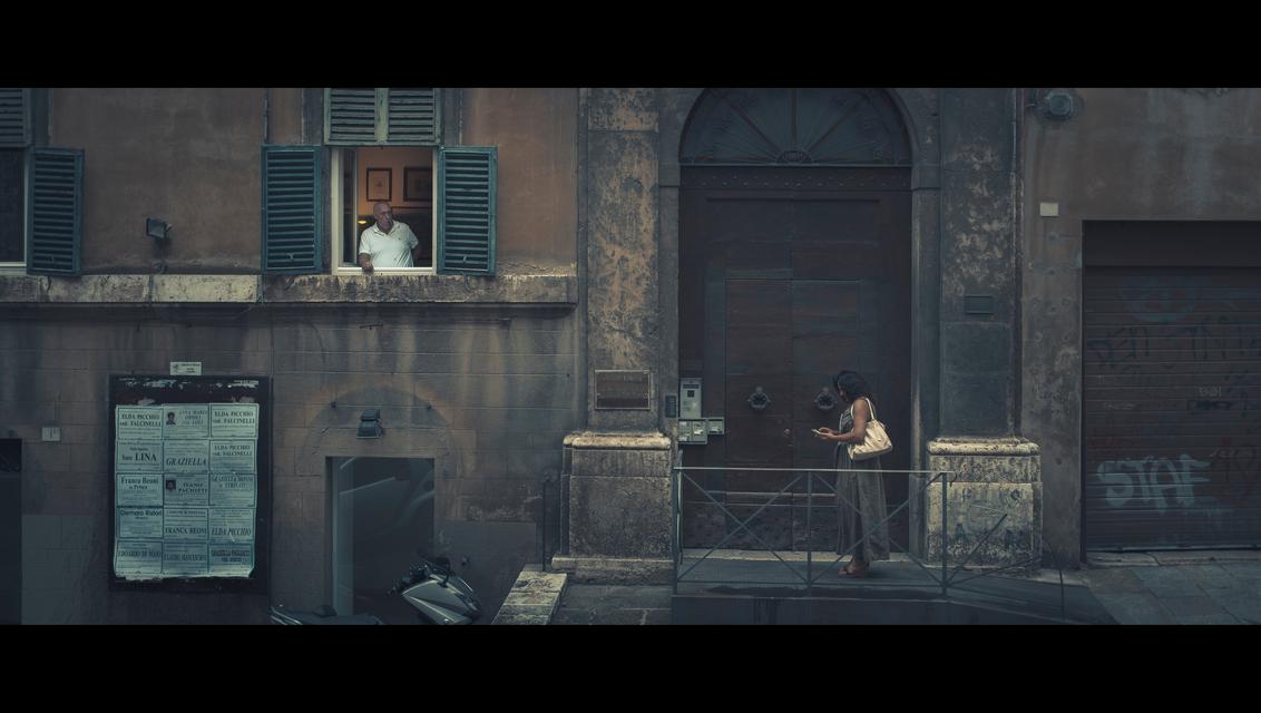 Una Giornata Particolare - Una Giornata Particolare (een speciale dag)  Mei 1938. Buiten loopt Rome uit om een glimp van de ontmoeting tussen der Führer (Hitler) en de Duce ( - foto door CHRIZ op 18-08-2018 - deze foto bevat: man, vrouw, mensen, straat, stad, film, straatfotografie, 35mm, cinematic, cinematic street