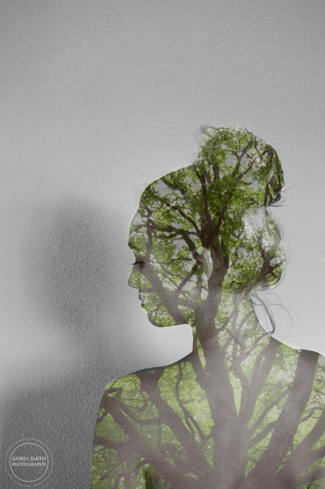 Nature's Veins - Nature's Veins  To never forget that we are one with nature. - foto door Saskia13-Smith13 op 27-11-2015 - deze foto bevat: groen, boom, natuur, licht, portret, meisje, bewerking, sfeer, contrast, creatief, manipulatie