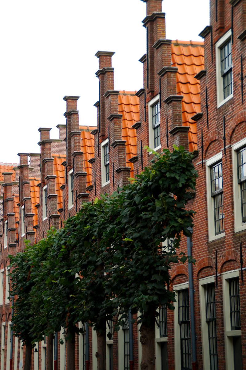 Herhaling - Eeuwenoud straatje - foto door Erik-54 op 13-04-2021 - locatie: Haarlem, Nederland - deze foto bevat: oud, vintage, historie, architectuur, straat, stad, haarlem, gebouw, eigendom, venster, fabriek, lucht, metselwerk, steen, buurt, biome, woongebied