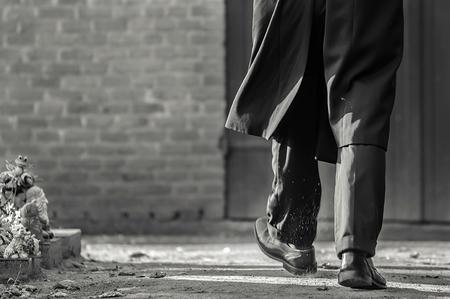 Funeral 7 - Begrafenis fotografie. - foto door StijnRompa93 op 29-10-2013 - deze foto bevat: kerk, voeten, dood, benen, rust, lopen, persoon, begrafenis, sterven, treurig