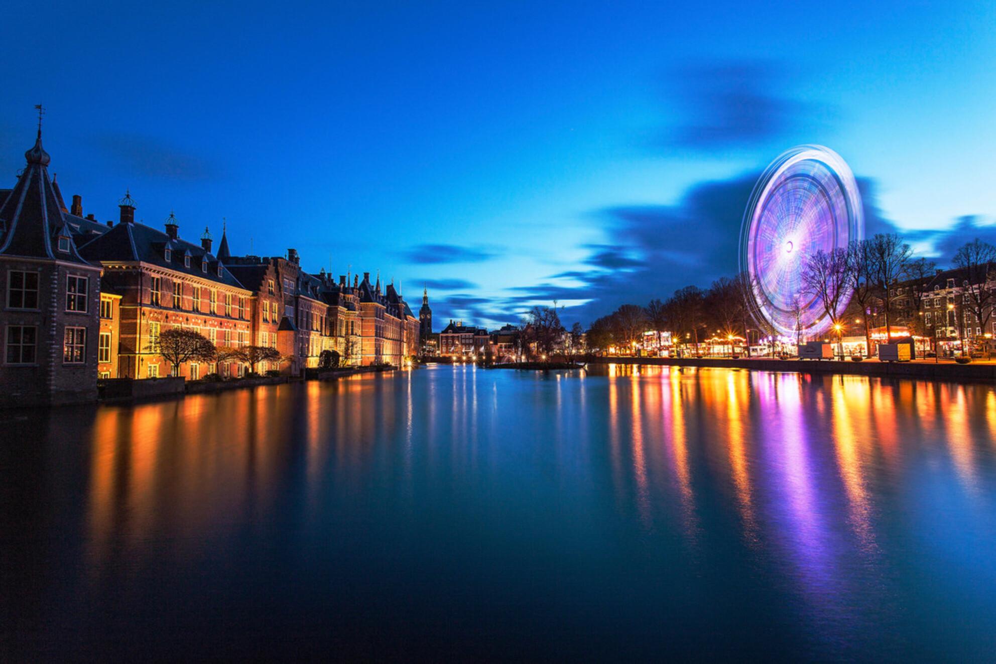 Kermis aan het Lange Voorhout te Den Haag. - - - foto door lsaejo1 op 25-04-2016 - deze foto bevat: water, architectuur, landschap, kermis, Den Haag, blauwe uur, lange sluitertijd, lange voorhout - Deze foto mag gebruikt worden in een Zoom.nl publicatie
