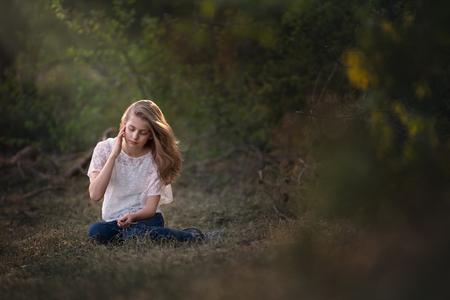 Spotlight - - - foto door BrendaRoos op 19-01-2021 - deze foto bevat: licht, portret, model, bos, daglicht, haar, meisje, zonlicht, sfeer, spotlight, spot, droom, fotoshoot, romantisch, spotlicht
