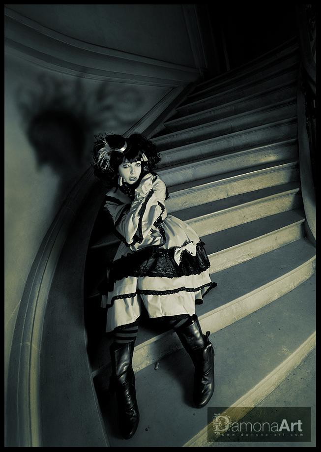 """The Stairs to Nowhere - Nog eentje van Du Loup....'k heb er mij uitgeleefd :D Hier de groothoek gebruikt en bewust schaduw op de muur gecrieëerd met flits. Deze is dan een - foto door damona-art op 17-03-2010 - deze foto bevat: trap, kasteel, model, flits, nikon, belgie, photoshop, shoot, raw, castle, stairs, sigma, urbex, chateau, 10mm, abandoned, strobist, breedhoek, """"Du Loup"""", """"Wide angle"""", Schokpop"""