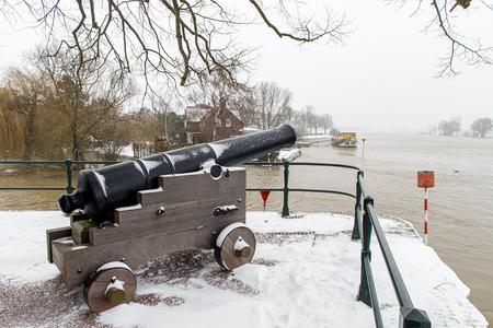 Bult van Ketjen  - Verdedigingswerk aan de IJssel - foto door viterson op 16-04-2021 - locatie: Zutphen, Nederland - deze foto bevat: lucht, kanon, water, sneeuw, voertuig, boom, motorvoertuig, zelfrijdende artillerie, geschutskoepel, autoband