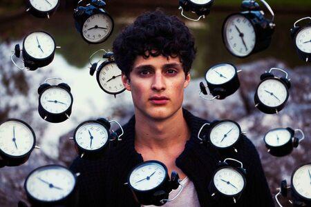 Time Pressure - Dit is Jobair, een student op uitwisseling in Amsterdam vanuit McGill University (Montreal). Toen hij in Amsterdam was zijn we gaan fotograferen, en  - foto door lk123456789 op 27-08-2016 - deze foto bevat: portret, fantasie, bewerking, photoshop, creatief, lightroom, levitation