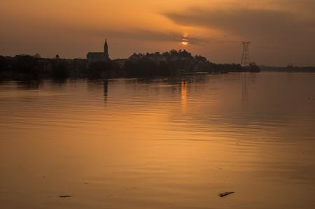 Indre - - - foto door JG-Meijer op 04-03-2021 - deze foto bevat: lucht, wolken, zon, water, natuur, licht, boot, spiegeling, landschap, bos, tegenlicht, zonsopkomst, bomen, kerk, haven, rivier, kust