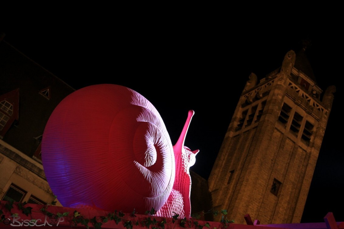 Pinky - Roeselare in de ban van deze roze schoonheid.... - foto door bisschop op 26-08-2011 - deze foto bevat: roze, slak, stadhuis, roeselare, vila Van Tilt
