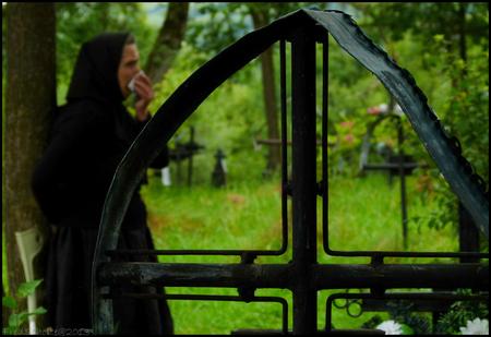 ROMANIA de weduwe - De vrouw stond te snikken bij het graf van haar man - foto door fredscholte op 11-08-2013 - deze foto bevat: kerkhof, roemenie, weduwe, fredscholte