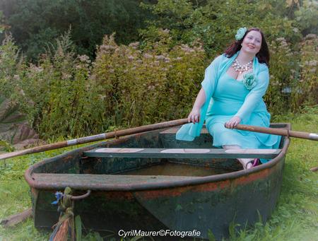 Tamara in the boat - Model : Tamara van den Berg Mauh : Valqueria Van Der Does  Fotograaf: Cyril Maurer - foto door sipmaurer op 30-10-2016 - deze foto bevat: vrouw, boot, herfst, portret, humor, model, daglicht, buiten, fotoshoot, tamara, mooie lach, mooi haar, roeien op het droge, prachtige jurk, 15okt evenement