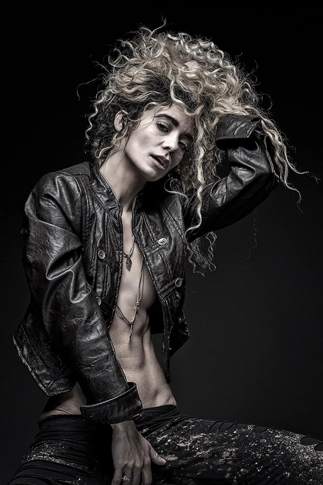 tough woman - Chey Alexandria - foto door jhslotboom op 10-11-2018 - deze foto bevat: vrouw, donker, portret, model, broek, ogen, fashion, erotiek, beauty, naakt, zwartwit, studio, blond, krullen, mode, leer, leren, jasje, jacket, halsketting