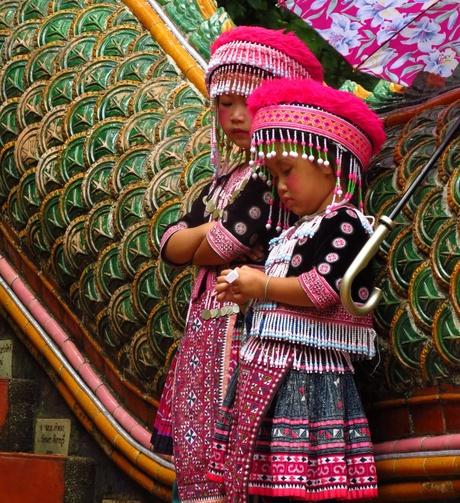 Traditioneel geklede Thaise meisjes