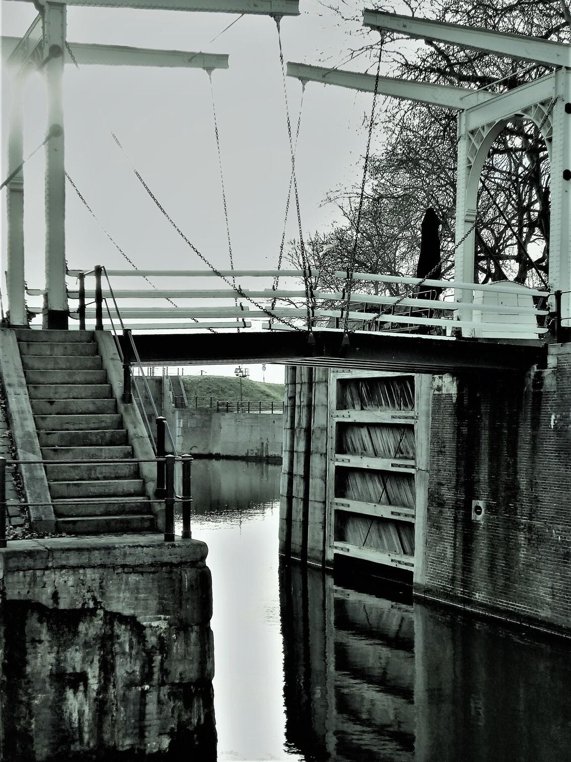 lijn en licht - - - foto door martvank op 07-02-2021 - deze foto bevat: sluis, brug