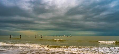 Aan de Belgische kust - - - foto door stephaniek op 28-02-2021 - deze foto bevat: lucht, wolken, strand, zee, water, panorama, natuur, licht, boot, duinen, zand, pier, kust