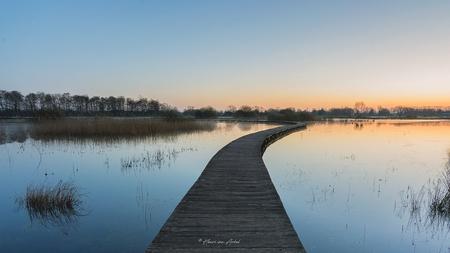 Zonsopkomst Loopbrug - Het was een goede vrijdagochtend om vroeg op pad te gaan. Op een mooi plekje in Gelderland met loopbrug de zonsopkomst gefotografeerd. (02-04-2021) - foto door henrivanarkel op 02-04-2021 - deze foto bevat: water, natuur, spiegeling, landschap, zonsopkomst, loopbrug