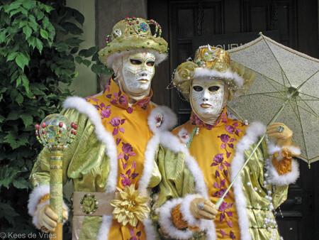 Elzas 2012 - Venetiaanse Parade in Riquewihr in de Elzas - foto door KdV59 op 05-05-2021 - locatie: 68340 Riquewihr, Frankrijk - deze foto bevat: oog, heeft, geel, vermaak, uitvoerende kunst, evenement, kostuumontwerp, sieraden, masker, kunst