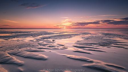 Zonsondergang over het Noordzeestrand - - - foto door ArjanSijtsma op 30-08-2017 - deze foto bevat: lucht, wolken, zon, strand, zee, water, natuur, licht, avond, zonsondergang, vakantie, landschap, tegenlicht, zand, kust, terschelling, lange sluitertijd