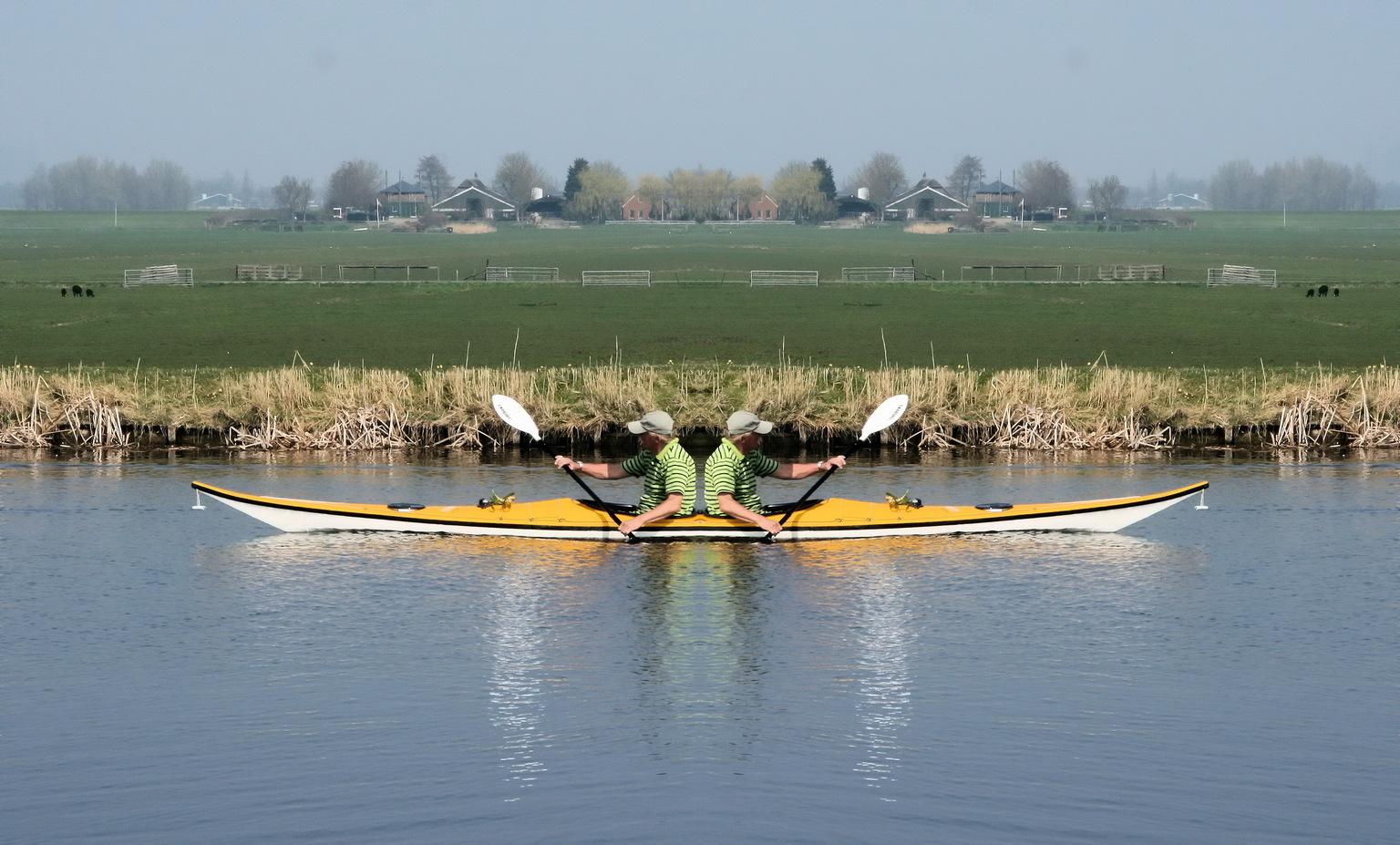 links- of rechtsom? - Welke kant gaan we op? - foto door Robertus_zoom op 16-04-2021 - locatie: Zoetermeer, Nederland - deze foto bevat: water, boot, lucht, watervoorraden, gewervelde, voertuig, boten en varen - uitrusting en benodigdheden, peddelen, meer, outdoor recreatie