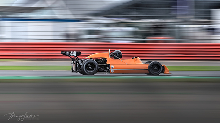 Opnieuw bewerkt - Historische Formule 2 wagen, in deze versie de voorgrond donkerder gemaakt zodat de wagen beter uitkomt. Vinden jullie het ook een verbetering tov de - foto door mwhlinders op 15-08-2020 - deze foto bevat: rood, panning, race, oranje, actie, snelheid, beweging, contrast, autosport, sluitertijd, circuit, gulden snede, manual focus, panning achter een hekwerk