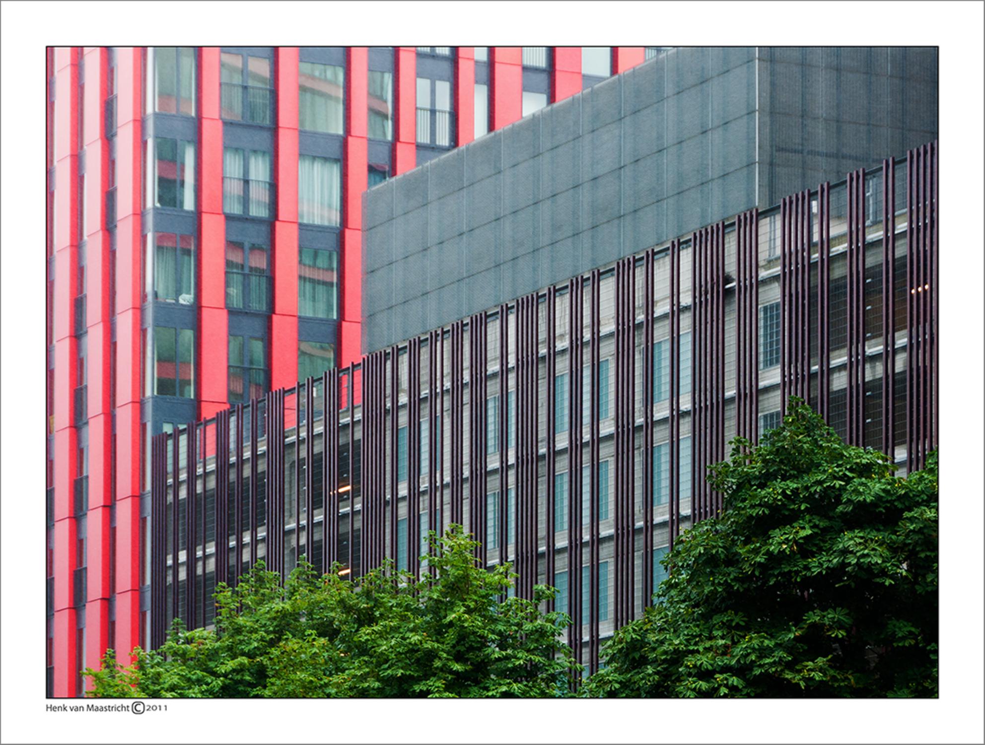 Rotterdam-10 - Je neemt een rode appel en wat blaadjes groen en het fleurt gelijk op tussen het grijs. - foto door henkvanm13 op 30-06-2011 - deze foto bevat: rotterdam, architectuur, rotjeknor, henkvanm13 - Deze foto mag gebruikt worden in een Zoom.nl publicatie