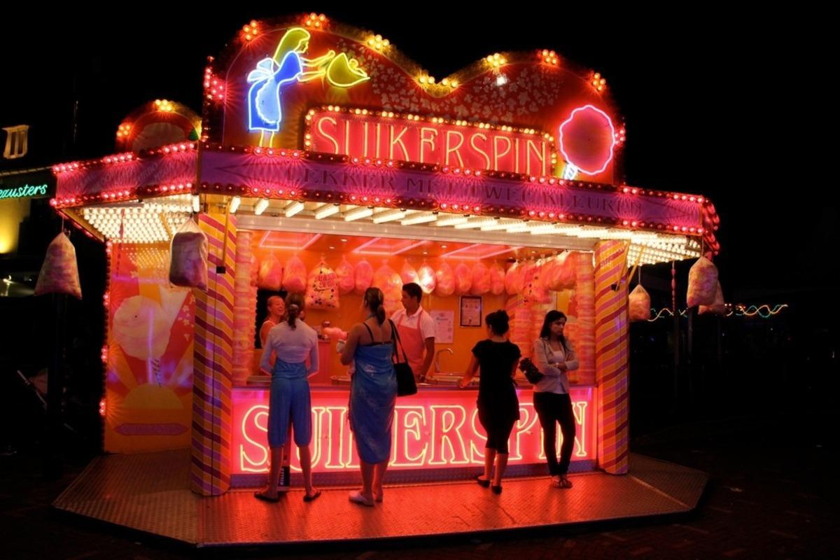 Tilburgse kermis - Suikerspin op de Tilburgse kermis. Neon roze contrast met blauwe kleding. - foto door arjanx op 20-11-2011 - deze foto bevat: roze, blauw, tilburg, suikerspin, kermis, neon