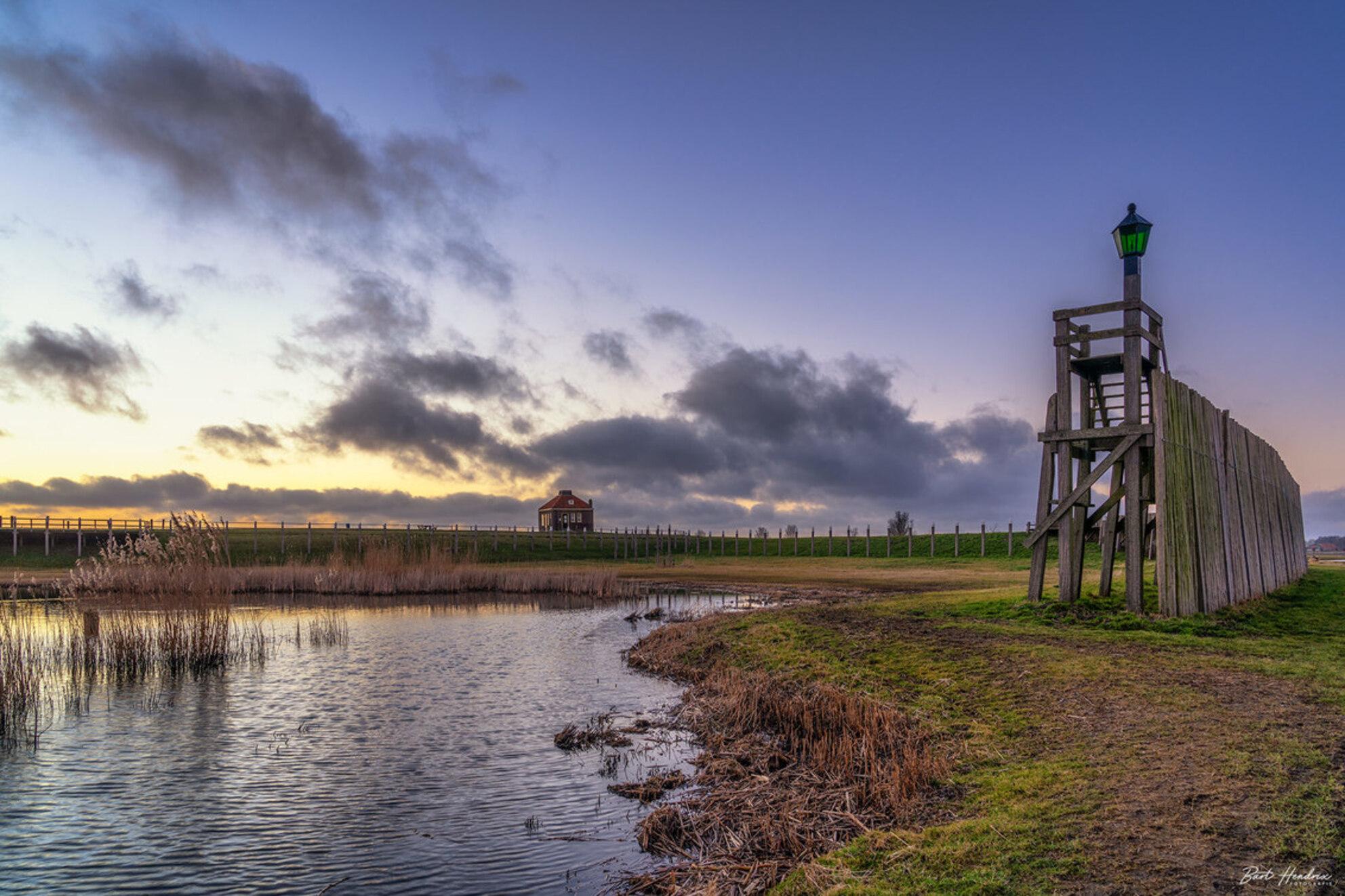 Werelderfgoed Schokland - Genieten van de zonsondergang op Schokland - foto door barthendrix op 28-02-2021 - deze foto bevat: lucht, wolken, natuur, licht, avond, zonsondergang, landschap, schokland, polder - Deze foto mag gebruikt worden in een Zoom.nl publicatie