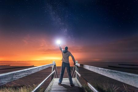 The Light Polluter - De melkweg fotograferen in Nederland blijft lastig. Soms moet je goed zoeken voor je hem gevonden hebt. Gelukkig had ik een lampje bij me en kon ik h - foto door Michiel-Buijse op 22-06-2017 - deze foto bevat: lucht, zee, natuur, licht, avond, landschap, duinen, zand, nacht, kust, lange sluitertijd