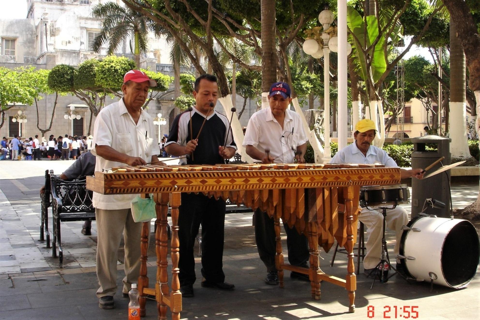 mexico-city/straatmuzikanten - even een zonnig/muzikaal plaatje in deze trieste en sombere tijden........ - foto door jh- op 07-02-2021 - deze foto bevat: kleur, vakantie, markt, reizen, muzikant, amerika, cultuur, straatfotografie