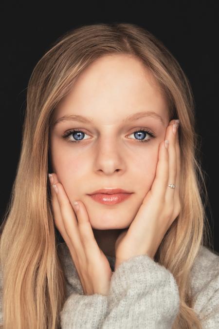 Tiendermodel: Aemilia - Knappe tienermodel voor mijn camera in mijn thuisstudio met daglicht - foto door PSphotography op 08-04-2021 - locatie: Lelystad, Nederland - deze foto bevat: portret, tienermodel, tiener, daglicht, studio, thuisstudio, kleur, blauweogen, blauw, ogen, model, blond, blondemodel, 11jaar, talent, kids, kinderen, kinderportret, tienerportret, meisje, jong, gezicht, neus, wang, huid, lip, kin, glimlach, wenkbrauw, schouder, oog