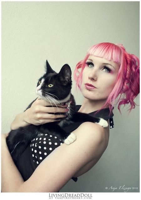 Zelfportret - Binx - Zelfportret 2010 alweer   ----- De orginelen zitten al in het archief, dus ik heb ze weer van 1 van mijn sites geplukt (wat de tekst op de foto  - foto door livingdreaddoll op 27-07-2011 - deze foto bevat: roze, kleur, wit, licht, portret, zwart, dieren, zelfportret, kat, dier, natural, minimaal, pastel, statief, neutraal, Binx, livingdreadoll, Anja Elzinga, gekleurd haar