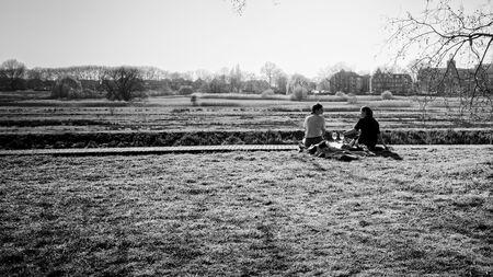 Tijd voor een terrasje - ** - foto door Jules_zoom op 15-04-2021 - deze foto bevat: fabriek, lucht, mensen in de natuur, boom, zwart en wit, zonlicht, gras, stijl, gelukkig, grasland