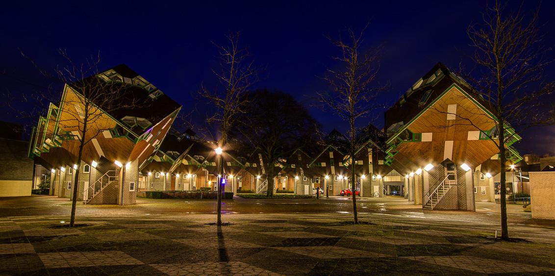Helmond - Speelhuisplein - Kubus woningen - Helmond - Speelhuisplein - Kubus woningen - foto door mdwaard op 31-01-2018 - deze foto bevat: brabant, nachtfotografie, helmond, kubus, avondfotografie, blom, blauwe uur