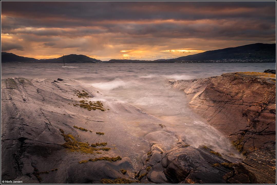 Windy Evening - Mijn dank voor jullie reacties en waardering op mijn vorige upload 'Wet Rocks'.  Groet Niels - foto door NielsJansen op 13-06-2016 - deze foto bevat: lucht, wolken, zee, water, licht, avond, wind, structuur, zonsondergang, landschap, bergen, golven, kust, noorwegen, fjord, dreigend, rocks, norway, windy, lange sluitertijd, Donkere wolken, niels jansen