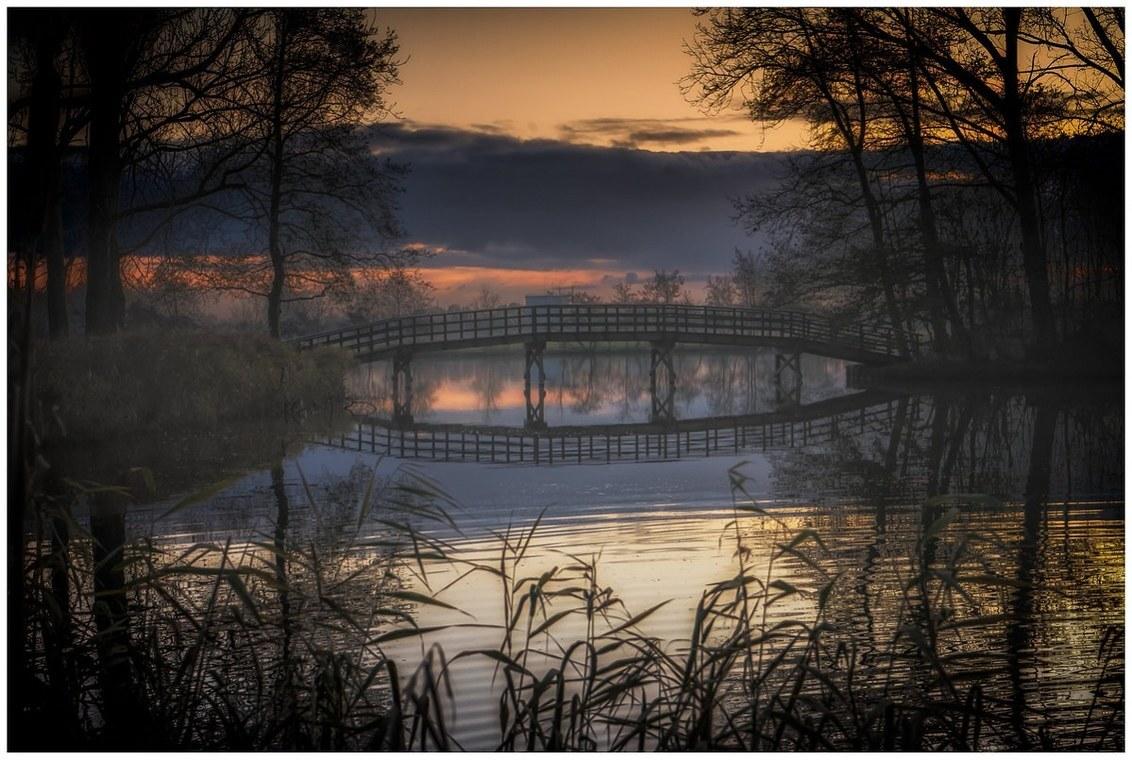 De brug - - - foto door fred-stevenson op 02-12-2019 - deze foto bevat: lucht, wolken, water, herfst, avond, zonsondergang, spiegeling, landschap, brug