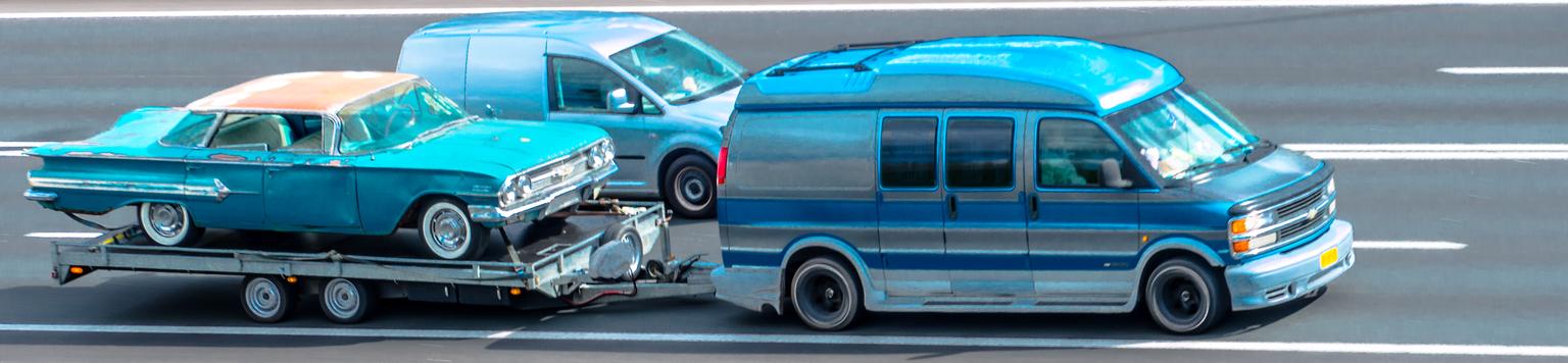 OPKNAPPER - Toen ik bezig was foto's te maken d.m.v. het meetrekken van de camera kwam ik de volgende combinatie tegen. Ik heb de foto bewerkt, Wat gekanteld en  - foto door 53jan op 14-04-2021 - deze foto bevat: wiel, auto, band, landvoertuig, voertuig, motorvoertuig, automotive verlichting, autoband, kap, automotive ontwerp