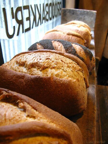 Ons dagelijks brood - Vers brood uit de houtoven, gemaakt in het Bakkerijmuseum in Hattem. - foto door lien1 op 24-10-2010 - deze foto bevat: eten, brood, voedsel