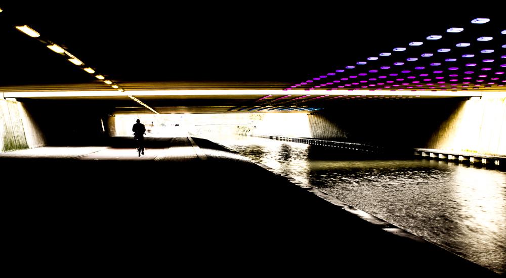Fietstunnel Leidsche Rijn - Blik onder de fietstunnel in Leidsche Rijn. De verlichting maakt deel uit van het kunstproject Trajectum Lumen - foto door mickeym op 24-11-2014 - deze foto bevat: licht, tunnel, lijnen, architectuur, kunst, perspectief, utrecht, fietstunnel