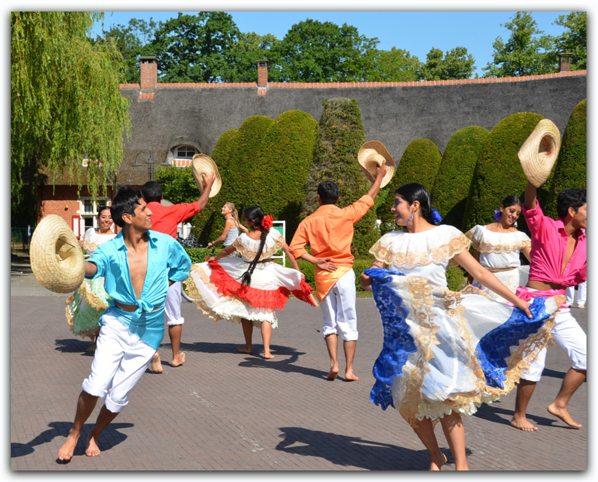 57ste Werelddansfestival Schoten / Antwerpen - Zaterdagmiddag (11/07/15) was het een ongedwongen voorstelling van de groepen voor het kasteel in Schoten.  Nadien kon je meedansen.  Hier de Boliv - foto door MyriamVE op 22-07-2015 - deze foto bevat: schoten, bolivie, werelddansfestival, hello! schoten - Deze foto mag gebruikt worden in een Zoom.nl publicatie