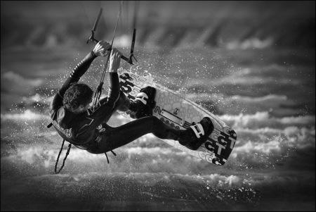 Kitesurfer - Een kitesurfer in IJmuiden. - foto door mech op 07-09-2011 - deze foto bevat: kitesurfer