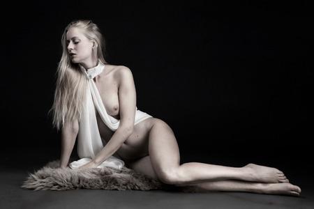 Sheepskin - met Anna Johansson - foto door jhslotboom op 26-02-2021 - deze foto bevat: vrouw, portret, model, erotiek, naakt, zwartwit, pose, studio, klassiek, artistiek, schapenvacht