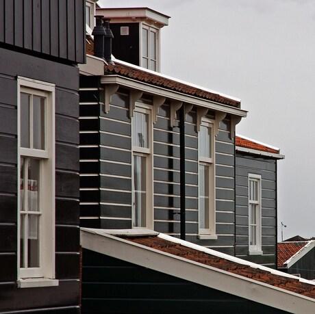 Straatje met rode daken op Marken