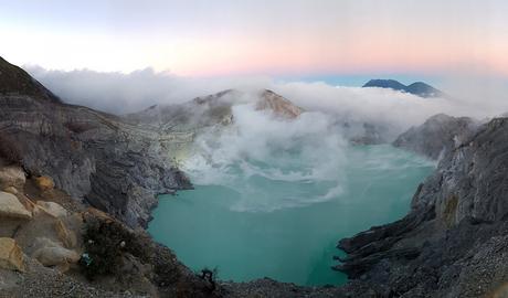 Vulkaan tijdens zonsopkomst